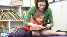 Alumno de la hembra de Reading Book With del profesor almacen de video
