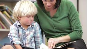 Alumno del varón de Reading Book With del profesor almacen de video