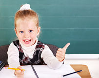 Alumno en sala de clase cerca de la pizarra. Imágenes de archivo libres de regalías