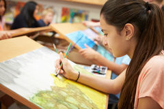 Alumno femenino en la High School secundaria Art Class imágenes de archivo libres de regalías