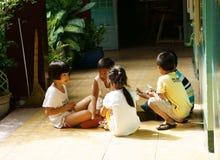 Alumno primario que juega en la escuela primaria Fotos de archivo libres de regalías