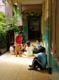 Alumno primario que juega en la escuela primaria Fotografía de archivo