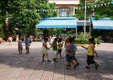 Alumno primario que juega en la escuela primaria Foto de archivo