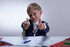 Alumno que muestra los pulgares para arriba Fotografía de archivo libre de regalías