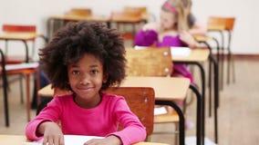Alumno que se sienta en una tabla metrajes