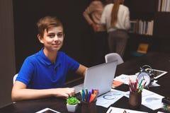 Alumno que usa el ordenador para propios propósitos Foto de archivo