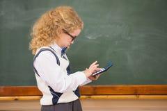 Alumno que usa la calculadora Imágenes de archivo libres de regalías