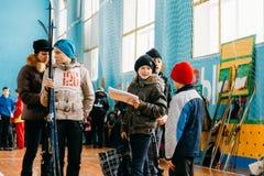 Alumnos bielorrusos irreconocibles de la escuela secundaria que se preparan para Fotos de archivo libres de regalías