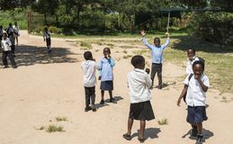 Alumnos de Afircan en el patio de escuela Imágenes de archivo libres de regalías