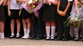 Alumnos de la escuela primaria en los ejercicios de la abertura