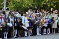 Alumnos de la escuela primaria en una regla solemne el 1 de septiembre adentro Imágenes de archivo libres de regalías