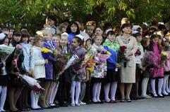 Alumnos de la escuela primaria en una regla solemne el 1 de septiembre adentro Fotos de archivo libres de regalías