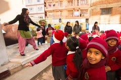 Alumnos desconocidos durante la lección de danza en escuela primaria Imágenes de archivo libres de regalías