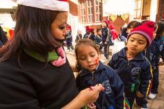 Alumnos durante la lección en escuela primaria, el 22 de diciembre de 2013 en Katmandu, Nepal Fotos de archivo libres de regalías