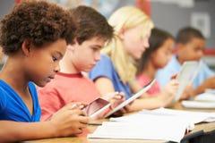 Alumnos en clase usando la tableta de Digitaces Fotografía de archivo libre de regalías