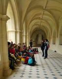 Alumnos en el claustro de Fontevraud Abbey France Foto de archivo