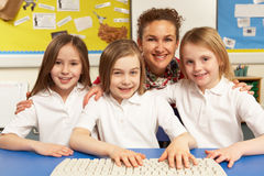 Alumnos en ELLA clase usando los ordenadores Imágenes de archivo libres de regalías