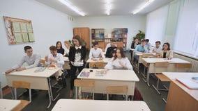Alumnos en la clase antes de la lección Escuela rusa almacen de video