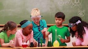 Alumnos en la lección de la ciencia en sala de clase metrajes