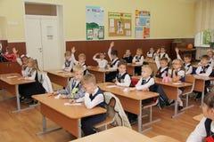 Alumnos en un escritorio de la escuela en una lección en la escuela - Rusia Moscú la primera High School secundaria la primera cl Fotografía de archivo libre de regalías