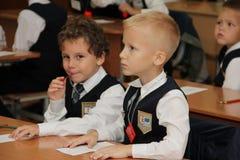 Alumnos en un escritorio de la escuela en una lección en la escuela - Rusia Moscú la primera High School secundaria la primera cl Imágenes de archivo libres de regalías
