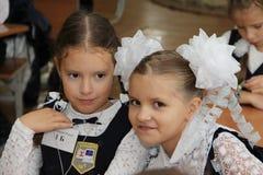 Alumnos en un escritorio de la escuela en una lección en la escuela - Rusia Moscú la primera High School secundaria la primera cl Imagen de archivo