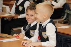 Alumnos en un escritorio de la escuela en una lección en la escuela - Rusia Moscú la primera High School secundaria la primera cl Fotos de archivo