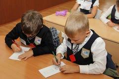 Alumnos en un escritorio de la escuela en una lección en la escuela - Rusia Moscú la primera High School secundaria la primera cl Imagenes de archivo