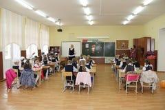 Alumnos en un escritorio de la escuela en una lección en la escuela - Rusia Moscú la primera High School secundaria la primera cl Foto de archivo libre de regalías