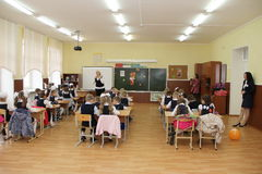 Alumnos en un escritorio de la escuela en una lección en la escuela - Rusia Moscú la primera High School secundaria la primera cl Imagen de archivo libre de regalías