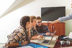 Alumnos interesados en sala de clase moderna Imagenes de archivo