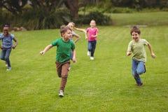 Alumnos lindos que corren hacia cámara Fotos de archivo libres de regalías