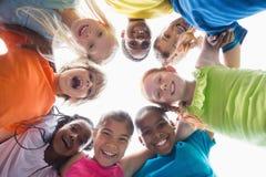 Alumnos lindos que sonríen abajo en la cámara afuera Imagen de archivo libre de regalías