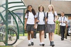 Alumnos menores que salen de la escuela Imagen de archivo