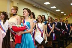 Alumnos no identificados en vestido formal en concierto de la escuela de la graduación Fotografía de archivo libre de regalías