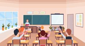 Alumnos que aumentan las manos para contestar a tiza interior de la sala de clase moderna de la escuela del concepto de la educac stock de ilustración
