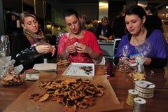 Alumnos que cuecen las galletas Imagen de archivo