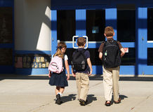 alumnos que entran  Imagenes de archivo
