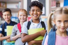 Alumnos que se colocan en fila imagen de archivo libre de regalías