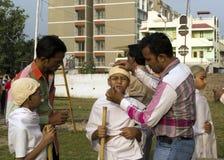 Alumnos que se visten para arriba como Gandhi Imagenes de archivo