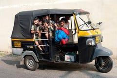 Alumnos que van a casa después de clases en la escuela primaria por un carrito Fotos de archivo libres de regalías