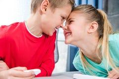 Alumnos sonrientes que juegan junto Fotografía de archivo