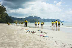 Alumnos tailandeses que juegan en la playa Imagenes de archivo