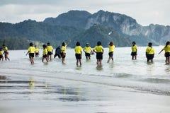 Alumnos tailandeses que juegan en la playa Fotos de archivo libres de regalías