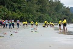 Alumnos tailandeses que juegan en la playa Imagen de archivo libre de regalías