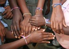 Alumnos y nuevas pulseras de la amistad Imagenes de archivo