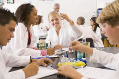 Alumnos y su profesor en clase de la ciencia Fotografía de archivo libre de regalías