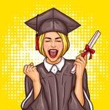 Aluno diplomado entusiasmado da menina do pop art em um tampão da graduação e envoltório com um diploma da universidade em sua mã Imagem de Stock