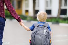 Aluno pequeno com sua mãe nova Primeiro dia da escola primária imagens de stock royalty free