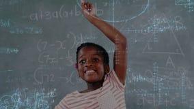 Aluno que levanta sua mão com informação matemática filme
